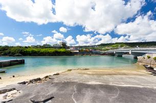 奥武島の入り江と奥武橋の写真素材 [FYI01717665]