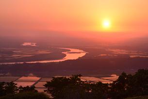 最上川と日本海に沈む夕日の写真素材 [FYI01717672]