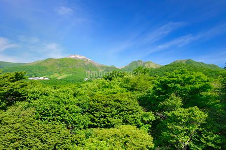 那須高原矢隠岩園地展望台より茶臼岳(左)朝日岳(右)の写真素材 [FYI01717695]