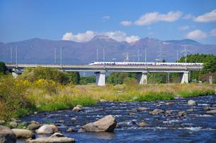 東北新幹線と那須岳と余笹川の写真素材 [FYI01717710]