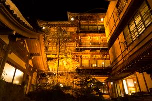 信州 渋温泉のライトアップの写真素材 [FYI01717736]