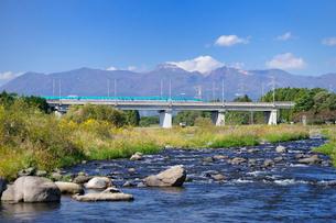 東北新幹線と那須岳と余笹川の写真素材 [FYI01717741]