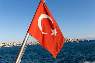 海峡でそよぐトルコ国旗の写真素材 [FYI01717881]