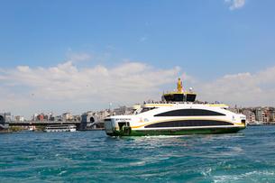 ボスポラス海峡を航行するフェリーの写真素材 [FYI01717883]