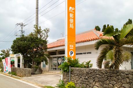 オレンジ瓦の黒島郵便局の写真素材 [FYI01717900]