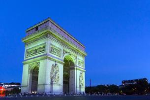 緑に輝くエトワール凱旋門の写真素材 [FYI01717909]