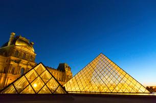 ルーブル美術館入口、ピラミッドのライトアップの写真素材 [FYI01718029]