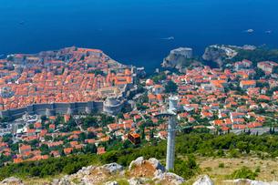 山上から望むミンチェスタ要塞と旧市街の写真素材 [FYI01718039]