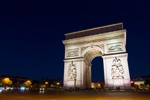 夜のシャンゼリゼ通りとエトワール凱旋門の写真素材 [FYI01718056]