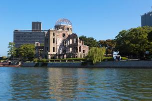 元安川と原爆ドームの写真素材 [FYI01718072]