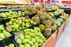 フィリピン スーパーの果物売り場の写真素材 [FYI01718110]