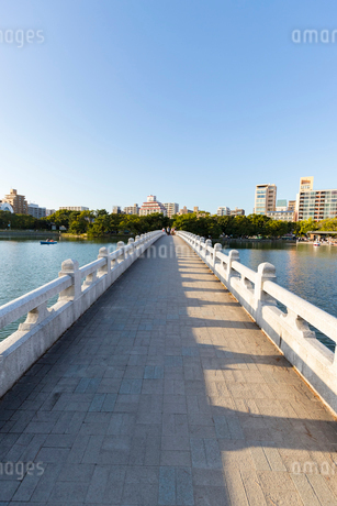 大濠公園 観月橋の写真素材 [FYI01718171]