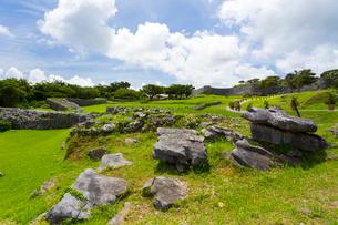 沖縄世界遺産、今帰仁城跡の外郭前の写真素材 [FYI01718180]