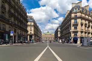 パリ オペラ通りとオペラ座(ガルニエ宮)の写真素材 [FYI01718319]