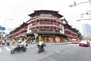 豫園商城(ユーユェンシャンチャン)大通りの写真素材 [FYI01718393]