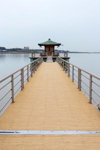 片山津温泉 浮御堂と柴山潟の写真素材 [FYI01718616]