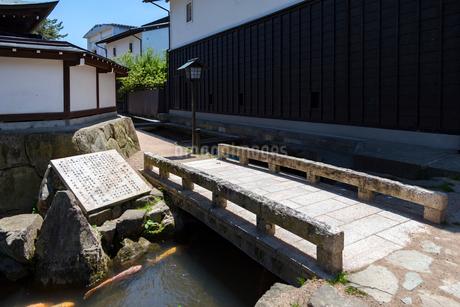 飛騨古川、瀬戸川と白壁土蔵街の写真素材 [FYI01718708]
