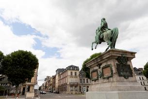 ルーアン市役所前、ナポレオンの騎馬像の写真素材 [FYI01718746]