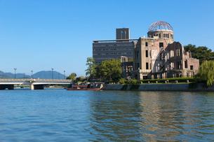 元安川と原爆ドームの写真素材 [FYI01718774]