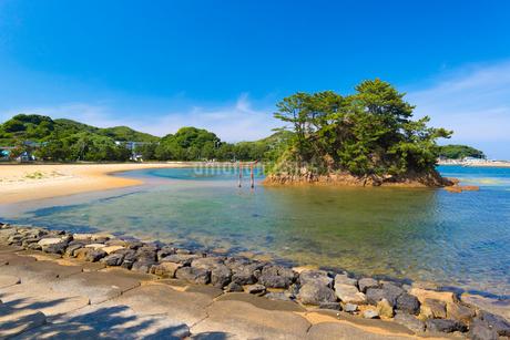 筑前大島の海岸と夢の小夜島の写真素材 [FYI01719074]