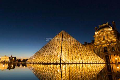 ルーブル美術館、ガラスのピラミッドの写真素材 [FYI01719110]