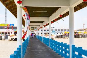 クタム島(カニの島)入口への桟橋の写真素材 [FYI01719237]