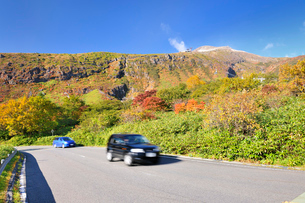 那須高原ボルケーノハイウェイと秋の茶臼岳の写真素材 [FYI01719302]