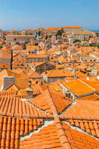 ドブロブニク旧市街のオレンジ屋根の写真素材 [FYI01719473]