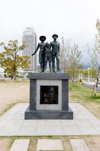 メリケンパーク、希望の船出の碑の写真素材 [FYI01719515]