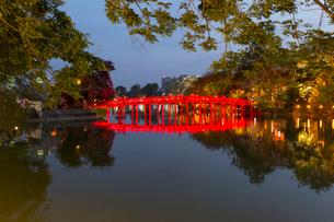 ホアンキエム湖、玉山祠へ渡る棲旭橋の写真素材 [FYI01719590]