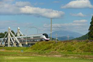 秋田新幹線E3系と秋田駒ヶ岳の写真素材 [FYI01719658]