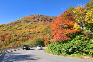 那須高原ボルケーノハイウェイと秋の那須岳の写真素材 [FYI01719662]