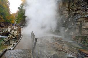 秋の小安峡と遊歩道の写真素材 [FYI01719706]