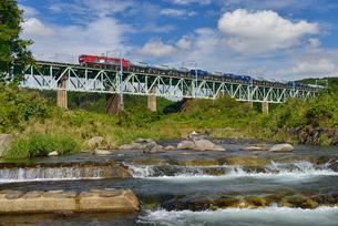 JR東北本線貨物列車と黒川の写真素材 [FYI01719729]