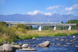 東北新幹線と那須岳と余笹川の写真素材 [FYI01719765]