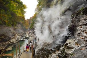 秋の小安峡と遊歩道の写真素材 [FYI01719768]