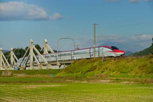 秋田新幹線線E6系と秋田駒ヶ岳の写真素材 [FYI01719795]