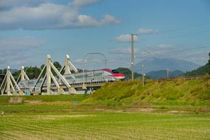 秋田新幹線線E6系と秋田駒ヶ岳の写真素材 [FYI01719820]