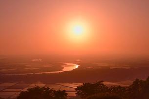 最上川と日本海に沈む夕日の写真素材 [FYI01719847]