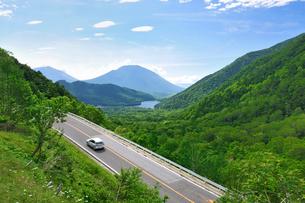 新緑の金精峠(国道120号)と湯の湖と男体山の写真素材 [FYI01719864]