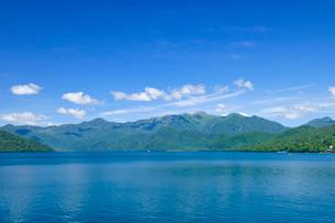 中禅寺湖と日光白根山の写真素材 [FYI01719950]