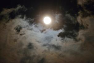 満月と雲の写真素材 [FYI01719990]