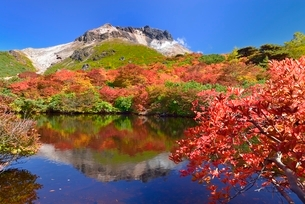 茶臼岳の紅葉とひょうたん池の写真素材 [FYI01720026]