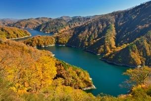 田子倉湖と紅葉の写真素材 [FYI01720040]