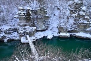 冬の塔のへつりと吊橋と阿賀川(大川)の写真素材 [FYI01720066]