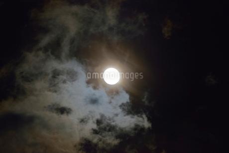 満月と雲の写真素材 [FYI01720067]