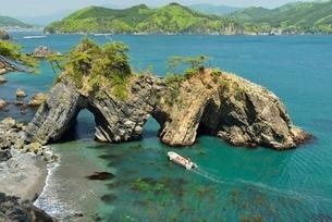 碁石海岸、穴通磯と観光遊覧船の写真素材 [FYI01720150]
