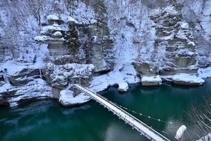 冬の塔のへつりと吊橋と阿賀川(大川)の写真素材 [FYI01720216]
