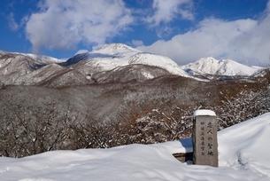 冬の那須高原展望台と茶臼岳の写真素材 [FYI01720447]