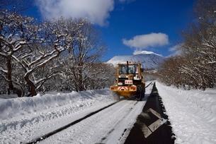 除雪車とボルケーノハイウェイと茶臼岳の写真素材 [FYI01720465]